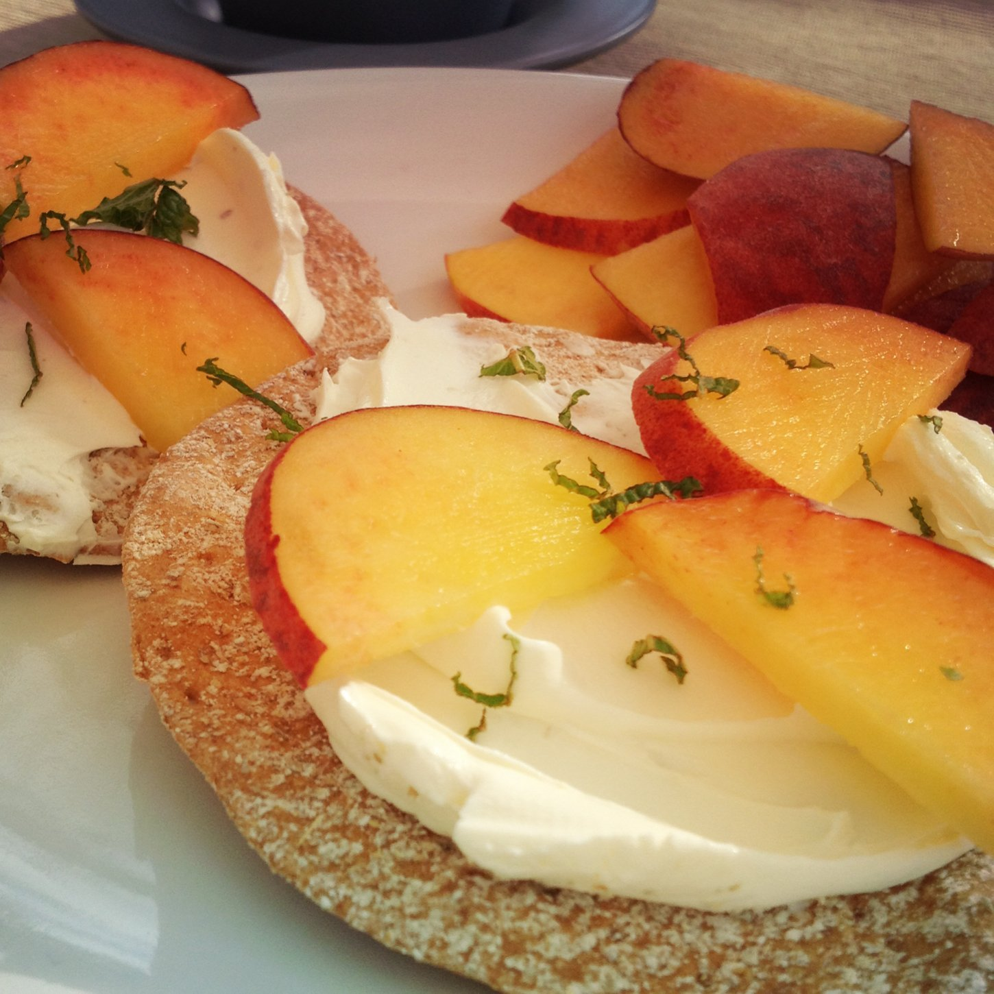 Crispbread with peaches & cream cheese
