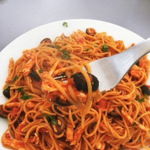 spaghetti with chicken and olives recipe, quick spaghetti sauce with chicken, quick pasta sauce recipe with chicken, things to make with leftover roast chicken, Lidl italian week, italian food from Lidl, daisies and pie