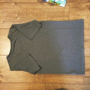 how to fold your t-shirt like they do in a store, laundry hacks, life hacks, homekeeping from daisies and pie