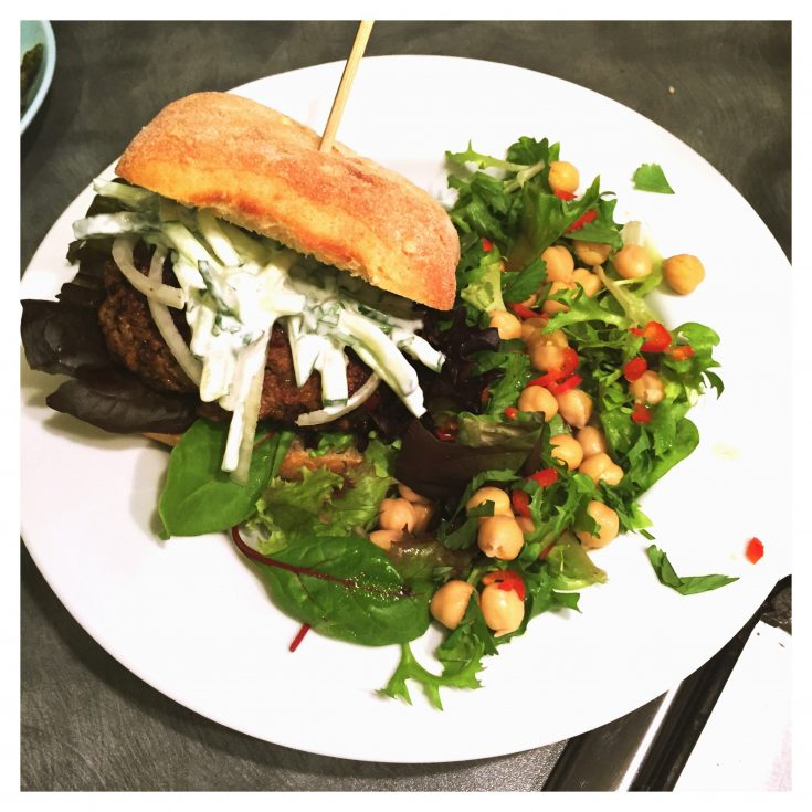 jalfrezi lamb burger recipe, easy midweek meal, quick meal idea, things to make with lamb mince, easy family food from daisies and pie