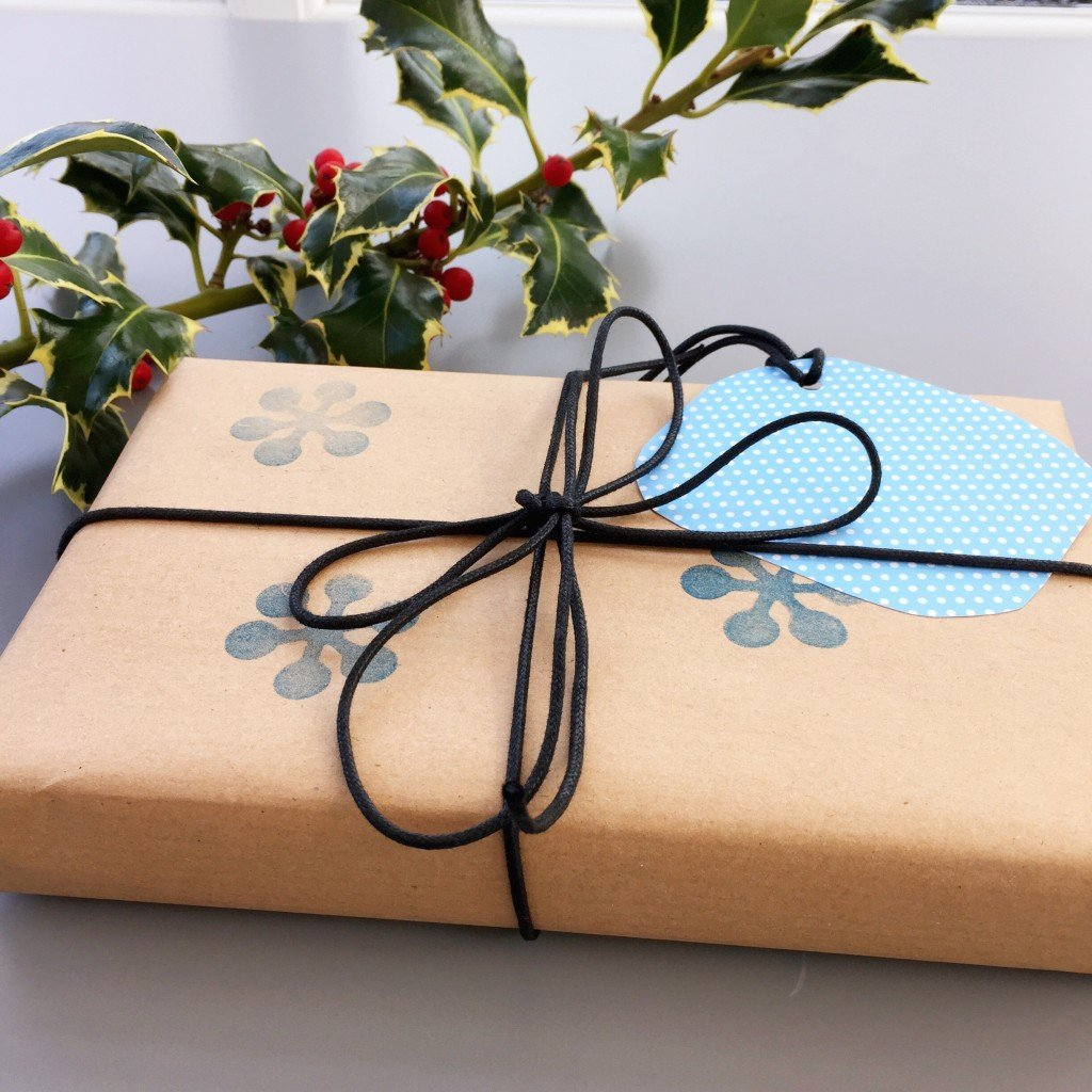 how to make homemade festive gift wrap, easy christmas craft, handmade christmas project, daisies and pie
