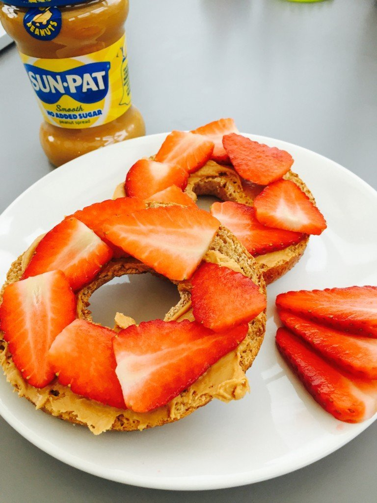 peanut butter and strawberry bagels, bagel topping ideas, quick healthy kids breakfast, breakfast ideas for kids, easy family food from daisies and pie