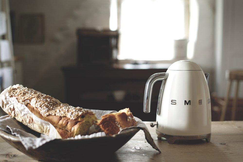 retro kitchen style, smeg white kettle, smeg 50s style range, home style from daisies and pie