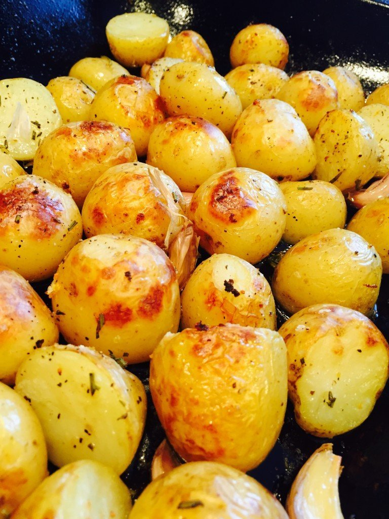 roasted new potatoes with herbs, how to roast new potatoes, baby roast potatoes with garlic and herbs, easy family food from daisies and pie