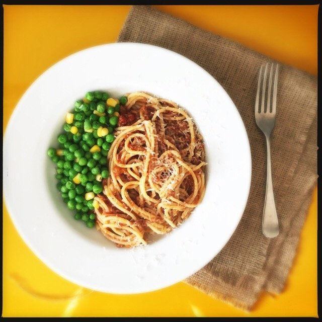 slow cooker spaghetti bolognese recipe, slow cooker bolognese, easy spaghetti bolognese recipe, kid friendly slow cooker meals, easy family food from daisies and pie