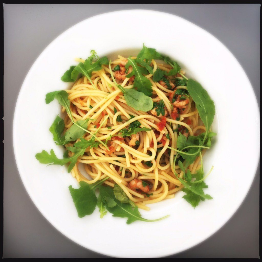 spaghetti with rocket and prawns, prawn pasta recipe, easy prawn recipe, quick prawn recipe, easy family food from daisies and pie