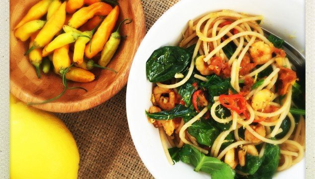 spaghetti with prawns, prawn and spinach pasta, spicy prawn pasta recipe, easy family food from daises and pie