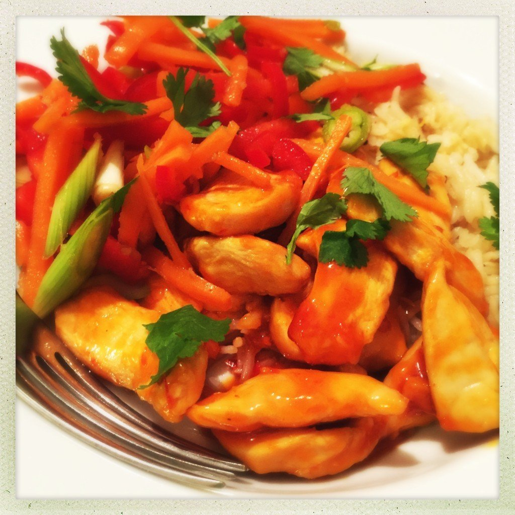 sweet chilli chicken recipe, quick chicken and rice bowl, thai style chicken recipe, easy family food from daisies and pie
