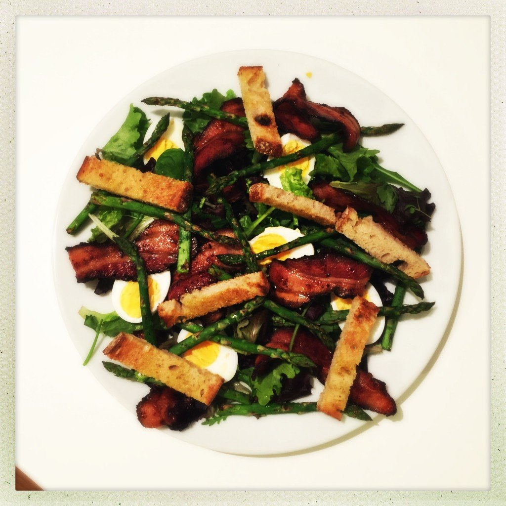 bacon egg and asparagus salad with sourdough bruschetta croutons, main course salad, dinner salads, things to make with asparagus, easy family food from daisies and pie
