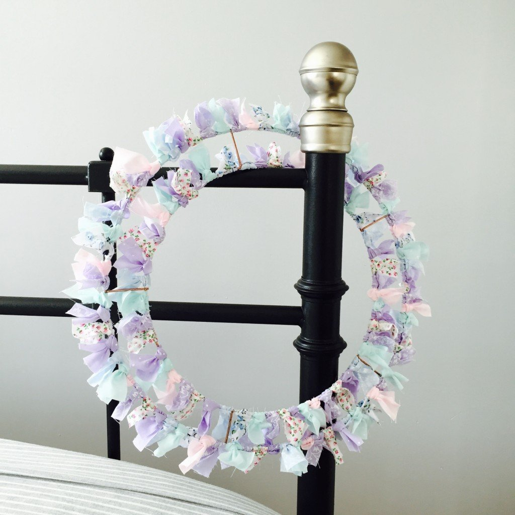 how to make a shabby chic wreath, spring wreath, shabby chic craft project, easy spring craft, happy homemaker, homemaking from daisies and pie