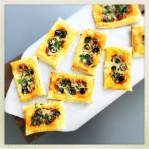 puff pastry pizza recipe, how to make pizza tarts, mini pizza recipe, quick pizza recipe , easy family food from daisies and pie