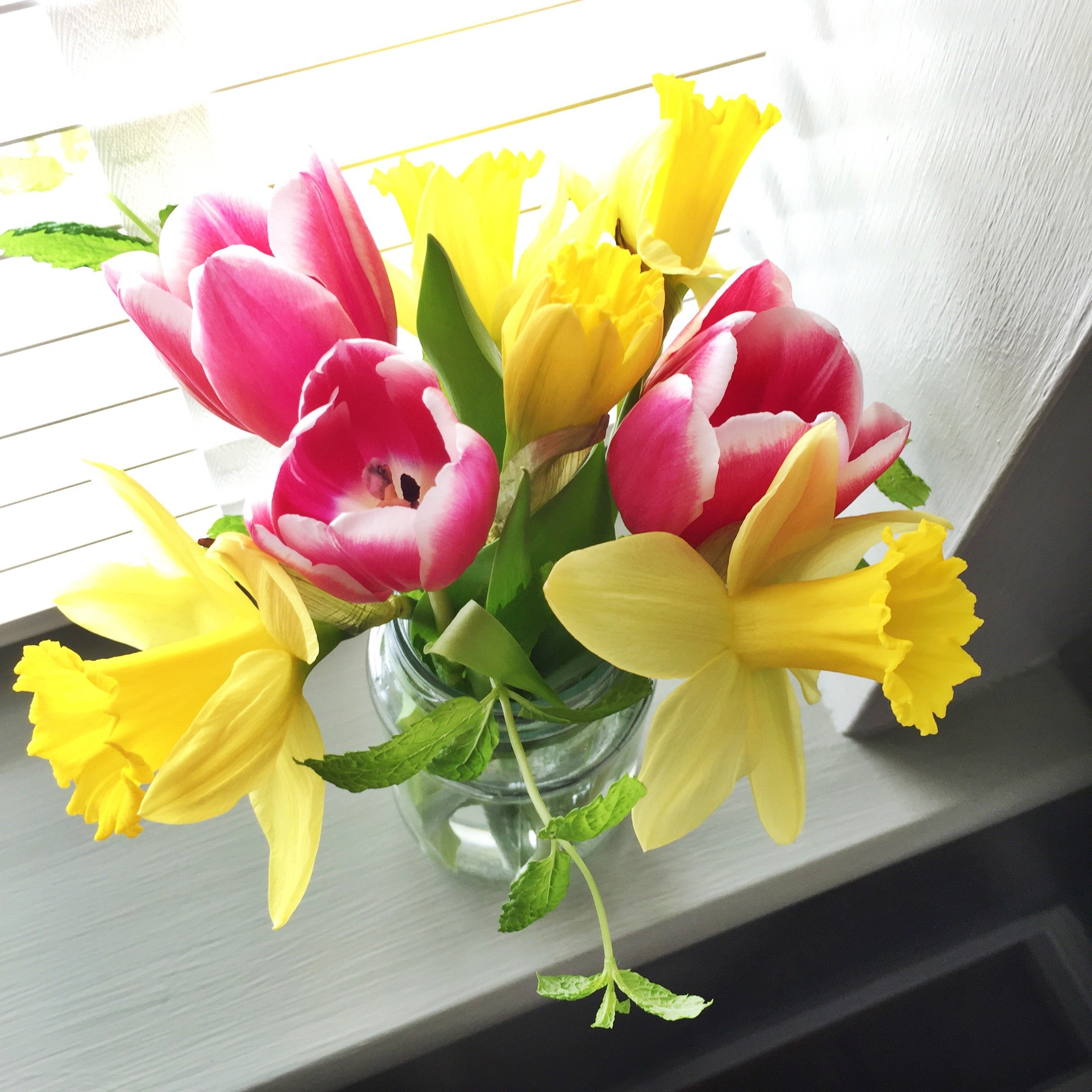 jam jar flower bouquet, daffodil display, tulip bouquet, spring flowers for the home, homestyle from daisies and pie