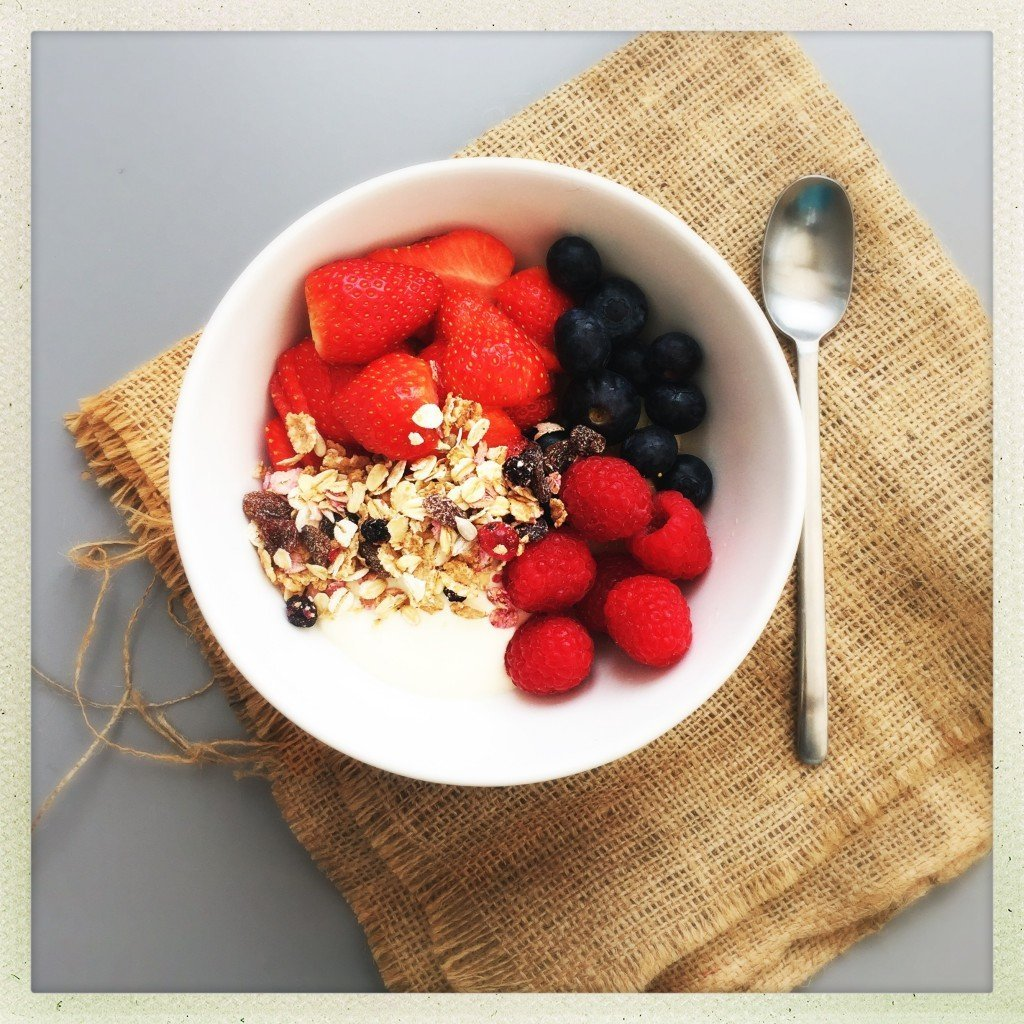 berry breakfast bowl, berries breakfast recipe, how to make breakfast bowl, easy breakfast recipe, quick breakfast ideas, easy family food from daisies and pie