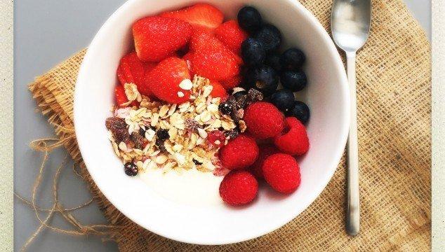 berry breakfast bowl, berries breakfast recipe, how to make breakfast bowl, easy breakfast recipe, quick breakfast ideas, easy family food from daisies and pie