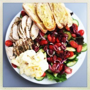 chicken and halloumi salad recipe, greek chicken salad recipe, Mediterranean chicken salad recipe, halloumi salad recipe, really nice chicken salad, easy family food from daisies and pie