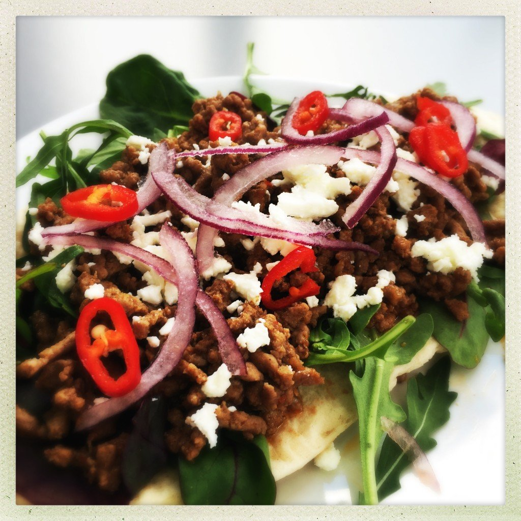 spicy lamb pitta recipe, spiced lamb flatbread, quick meal ideas, quick lamb recipe, easy family food from daisies and pie