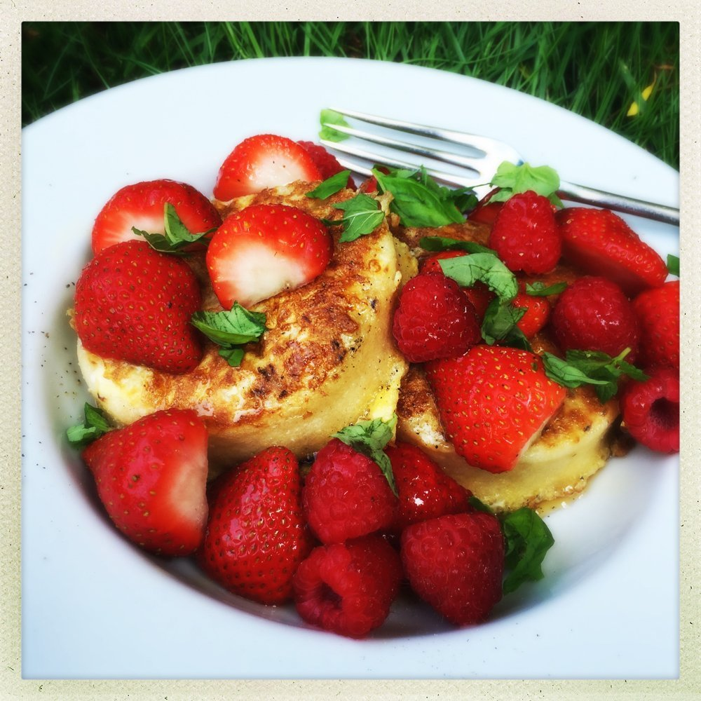 eggy bread crumpet recipe, how to make eggy bread with crumpets, crumpets and strawberries, easy brunch idea, family brunch recipe, easy family food from daisies and pie