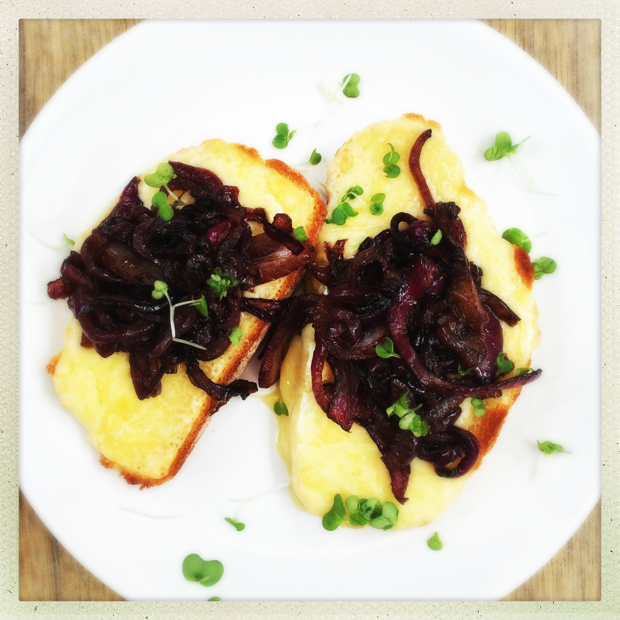 grilled cheese with balsamic onions, cheese and onion toast, grilled cheese recipe, quick midweek supper, easy family food from daisies and pie