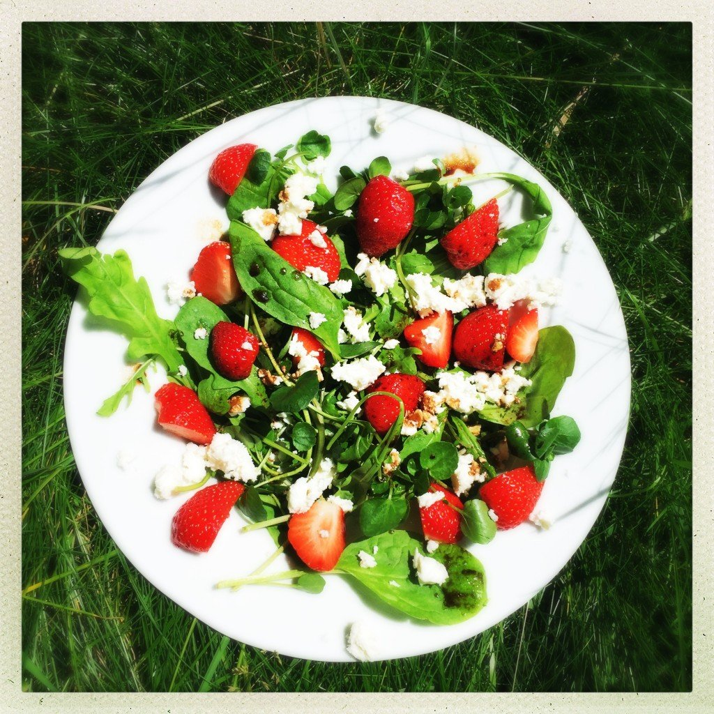 strawberry and feta salad wit balsamic dressing, strawberry salad recipe, spinach and watercress salad recipe, summer salad recipes, easy family food from daisies and pie