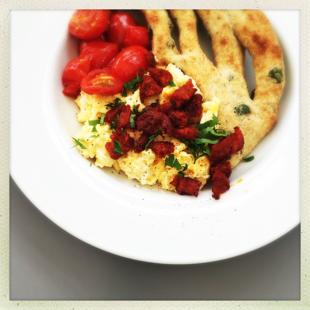 scrambled egg with chorizo sprinkles, brunch recipes with chorizo, eggs and chorizo, easy family food from daisies and pie