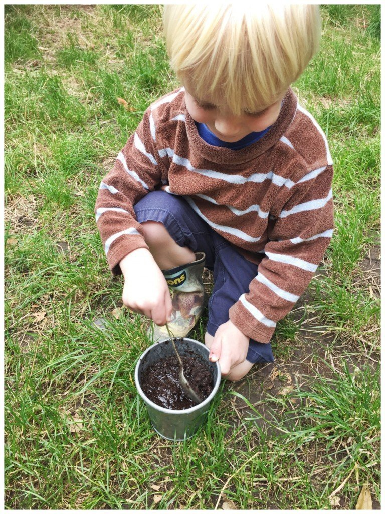 mixing mud pies for mud pie large practice, outdoor activities for kids, autumn activities for kids, family life uk