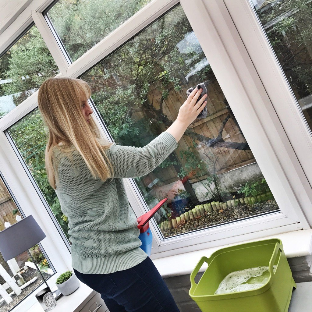 washing windows using vileda windowmatic, vileda windowmatic review, how to get shiny windows, homemaking tips UK