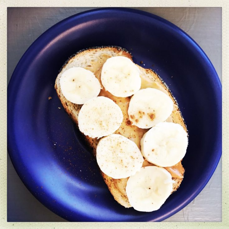 peanut butter and banana on toast, peanut butter and banana with cinnamon, power packed breakfast recipe, breakfast ideas for kids, toast topper ideas, easy family food from daisies and pie