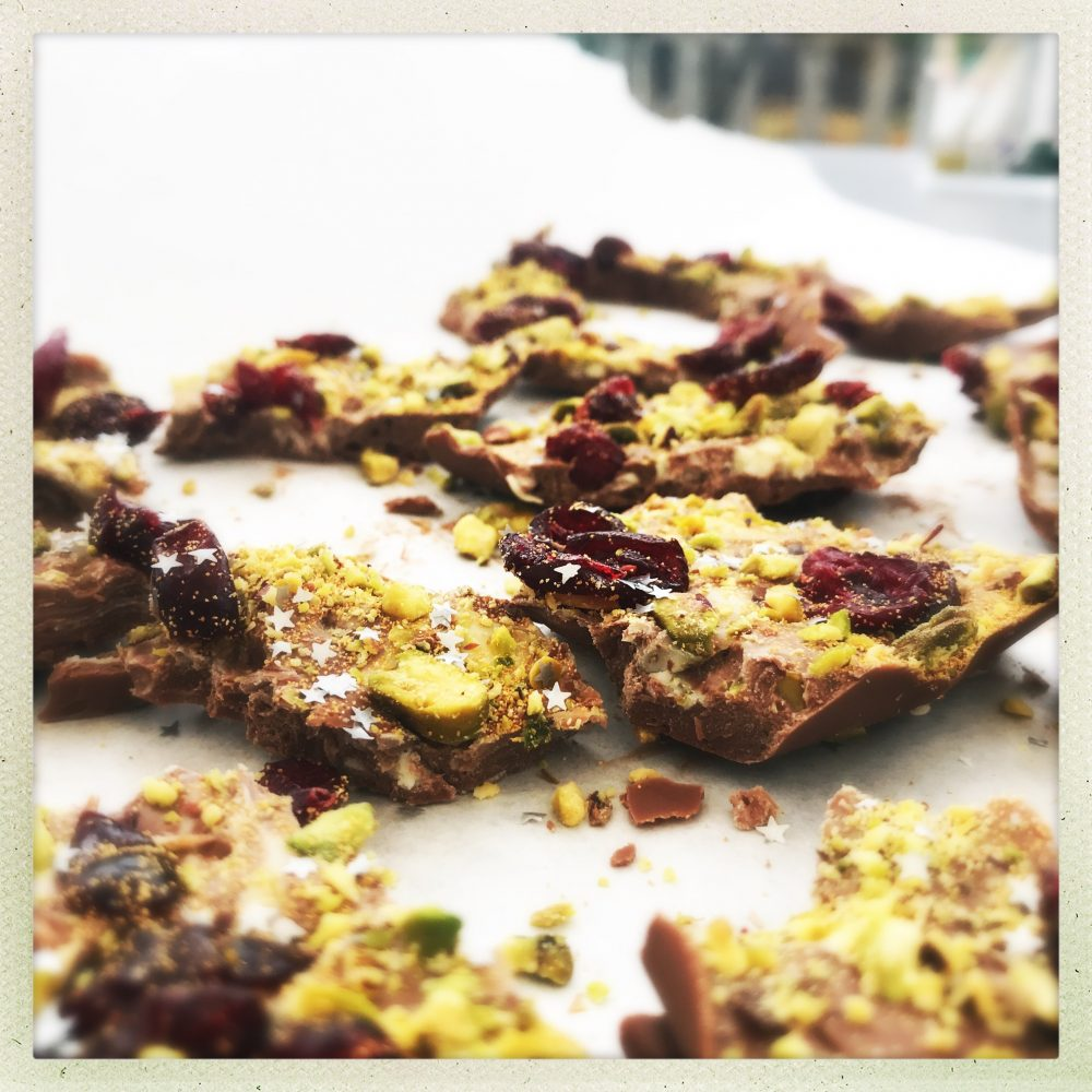 Christmas chocolate bark, chocolate bark with pistachios and cranberries, easy handmade Christmas gifts, easy family food from daisies and pie