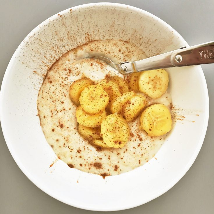 hot banana and cinnamon porridge, porridge toppers, breakfast recipes, easy family food from daisies and pie