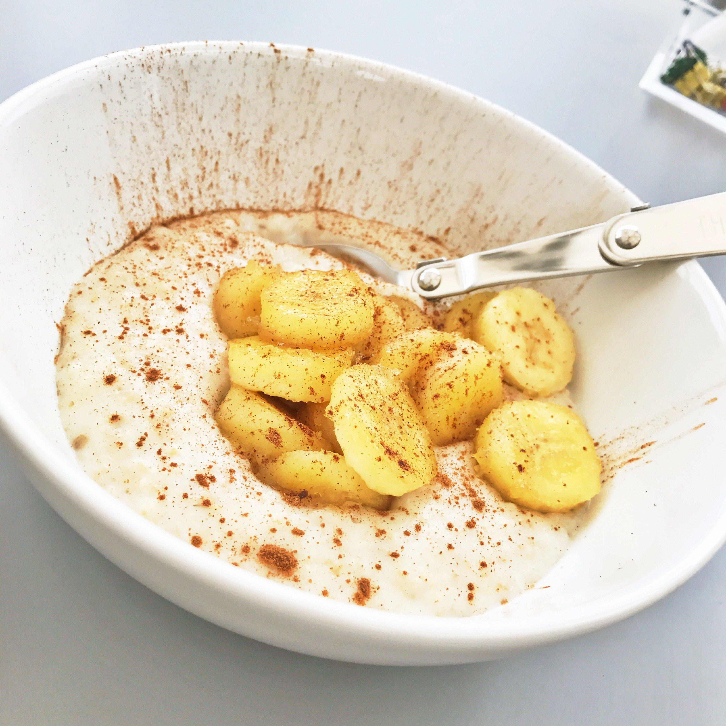 hot banana and cinnamon porridge, caramelised banana porridge, porridge toppings, easy family food from daisies and pie