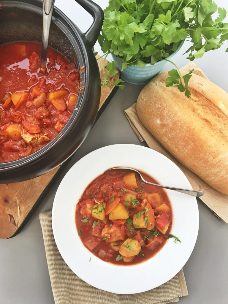Delicious slow cooker Spanish chicken stew, healthy stew recipe ideal for family dinner, easy family food from daisies and pie