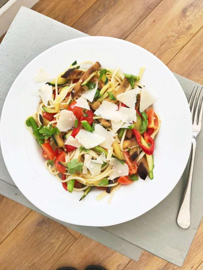 Very veggie spaghetti recipe, vegetarian pasta recipes, easy family food from daisies and pie