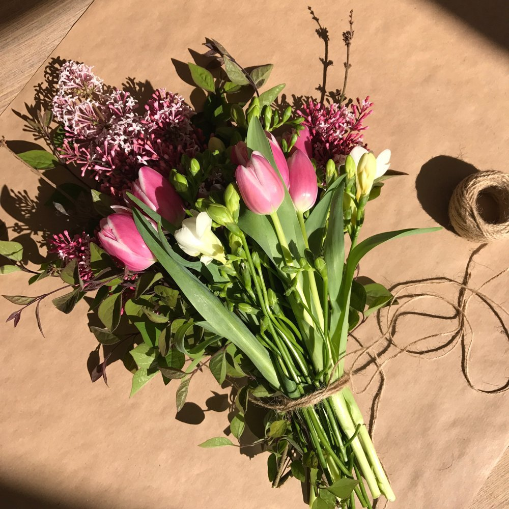 simple hand tied spring bouquet, rustic hand tied flowers, spring flower bouquet, homemaking tips,