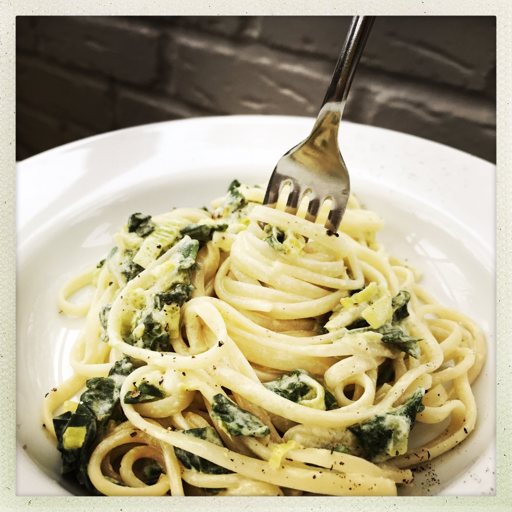 Delicious Italian creamy spinach linguine recipe, easy family dinner recipe that's perfect for midweek dinner. 20 minute recipe.